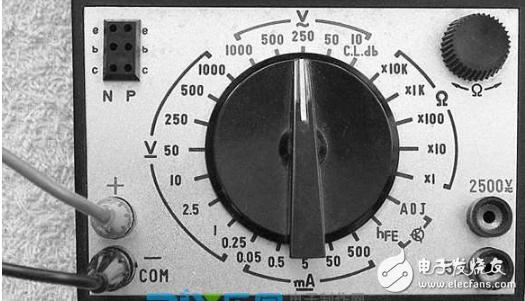 万用表正面:上部是微安表,中间有一个机械调零器,用以校准表针的零位。下部为操作面板,面板中央为测量选择开关,左下角有正、负表笔插孔,右下角有2500和5A专用插孔,右上角为欧姆挡调零旋钮,左上角是晶体管插孔。  万用表可以测量直流电流、直流电压、交流电压、电阻,以及音频电平、电容、电感、晶体管放大倍数等,共有8大类34个量程可供选择。 表头度盘上共有6条刻度线,从上往下依次是:电阻刻度线、电压电流刻度线、晶体管β值刻度线、电容刻度线、电感刻度线、电平刻度线。度盘上有反光镜,以消除测量视差。