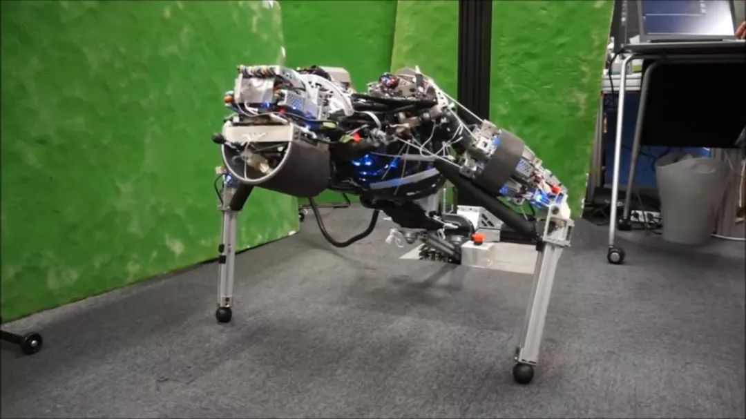 研究者设计了一台人形机器人 其散热的方式与人类身体降温方法类似:流汗