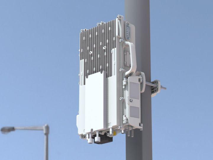 "on 一般特指""公用移动通信基站"" 大家都知道 基站就是给手机提供信号的  例如这样的东东  但实际上 上面这个东东只是铁塔和天线而已 只是基站的一个组成部分 基站除了这些看得见的部分 还包括很多看不见的部分  在2G、3G时代 基站分为两层结构 如下图  到了4G LTE时代 两层精简成了一层 变成了单独的eNodeB  以eNodeB为例 一般包括以下组成部分  名字很顺口,也很好记 BBU = 哔哔哟 RRU = 啊啊哟 天馈 = 天线+馈线 BBU 下图就是BBU正面图"