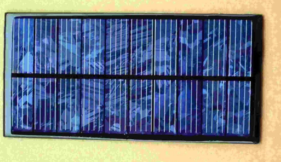 。到4部件之间可以传递店里,铰链用作导线。为了更好的外观和无锈的铰链,推荐你使用锡铰链。 有两个电源通道,一个是直接通过半导体连接到所在面板,另一种是由7805稳压器调节,得到5v的直流用来为设备充电。 第3步:  电池在太阳直射下能够支持MP3播放器全天播放的电量,设置为MP3播放器和手机在一起充电。只要MP3的音量不会太高。 第4步:  当折叠时,电池板变小,随意你放置到任何包包里。经过测试,我已经粘到胶合板的面板,密封电气连接和固定插座到他们的地方。我利用强力胶、螺母和螺栓,以防止他们松动。使用这块