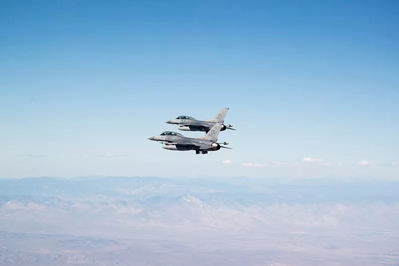 在非加力最大推力下全速起飞后,飞机要进行过载感知机动和安全
