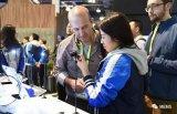 """在2018CES上,咪咕与科大讯飞合作发布首款全语音人工智能耳机""""莫比斯"""""""