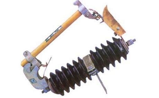 (1)为使熔断器能更可靠、安全的运行,除按规程要求严格地选择正规厂家生产的合格产品及配件(包括熔件等)外,在运行维护管理中应特别注意以下事项:   熔断器具额定电流与熔体及负荷电流值是否匹配合适,若配合不当必须进行调整。   熔断器的每次操作须仔细认真,不可粗心大意,特别是合闸操作,必须使动、静触头接触良好。   熔管内必须使用标准熔体,禁止用铜丝铝丝代替熔体,更不准用铜丝、铝丝及铁丝将触头绑扎住使用。   对新安装或更换的熔断器,要严格验收工序,必须满足规程质量要求,熔管安装角度达到25&de