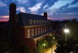 美国大学正在试用集成了应急按钮的户外照明灯,以提高在校学生的安全