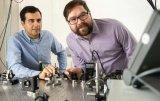 研究人员创造了一种产生与激光密切相关的超短光脉冲...