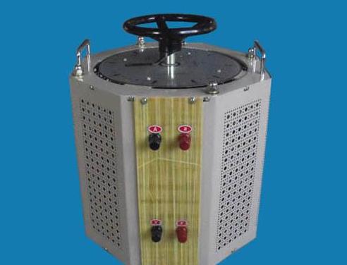 一种类似的拓扑结构倍压器使用相同的开关和电容器组,但更改了接地