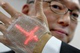 日本研发可拉伸的超薄LED显示屏幕 可测试佩戴者...