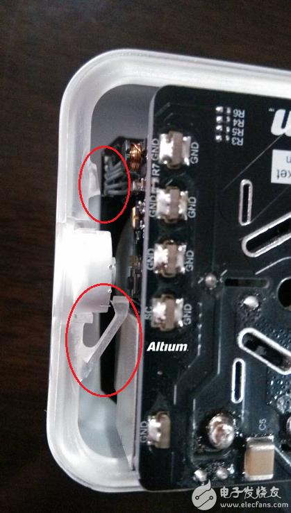 比如下图所示,机械外壳部分本来做了两个感光头塑料件,在安装的过程中