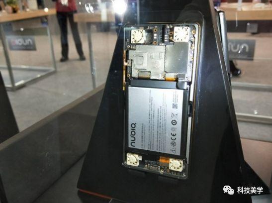 在MWC(世界移动通信大会)上,努比亚展出了一款具有颠覆设计和黑科技加持的概念新品——游戏手机。