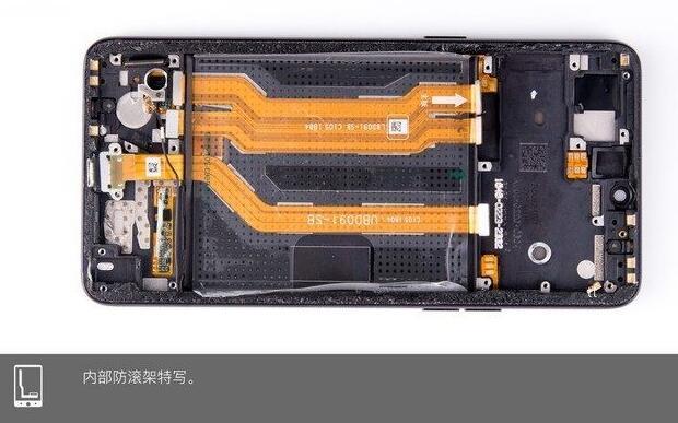 OPPO R15拆机方法步骤:   拆机工具:热风枪、螺丝、塑料翘片、镊子、撬棒、卡针等。   第一步:关机、取卡托   首先将OPPO R15关机,然后使用卡针,将侧面的SIM卡托取下,如图所示。         取下卡托   第二步:分离后壳   与之前采用金属机身的OPPO R11s不同,OPPO R15采用的是玻璃机身设计,机身四周都没有任何固定螺丝,玻璃后壳采用胶粘与金属中框固定,这给手机拆解带来了更大的难度。此外,按照一般的玻璃机身拆机经验,一般需要用热风枪先软化胶粘,再使用吸盘分离,如下