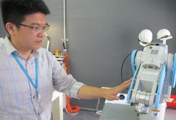 一个指尖就能跟机器人达成完美互动 灵敏度更趋近于人类