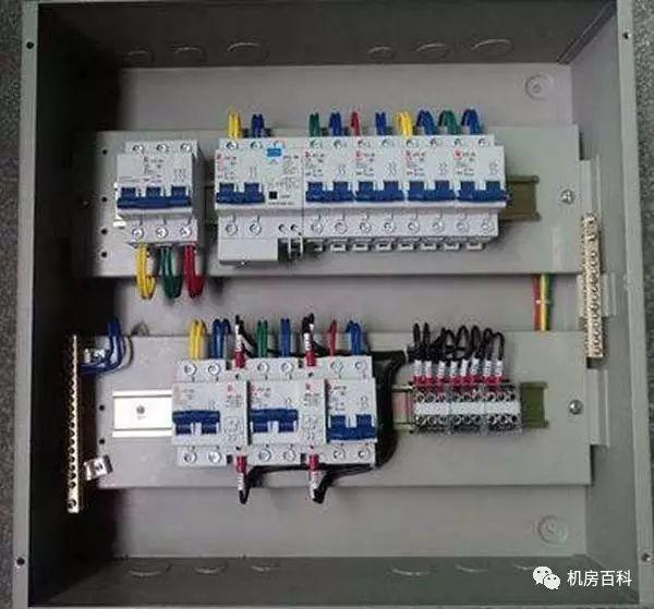 B.空气开关的工作原理: 自动空气开关也称为低压断路器,可用来接通和分断负载电路,也可用来控制不频繁起动的电动机。它功能相当于闸刀开关、过电流继电器、失压继电器、热继电器及漏电保护器等电器部分或全部的功能总和,是低压配电网中一种重要的保护电器。 自动空气开关具有多种保护功能(过载、短路、欠电压保护等)、动作值可调、分断能力高、操作方便、安全等优点,所以目前被广泛应用。