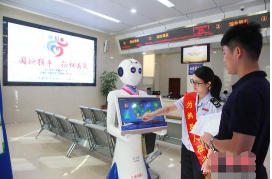 """国内首款采用""""人脸识别""""技术的智能税务机器人在茂..."""