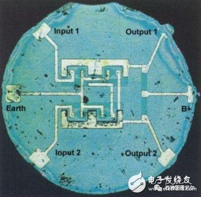 1959 年 8 月仙童公司展示的第一块商业集成电路