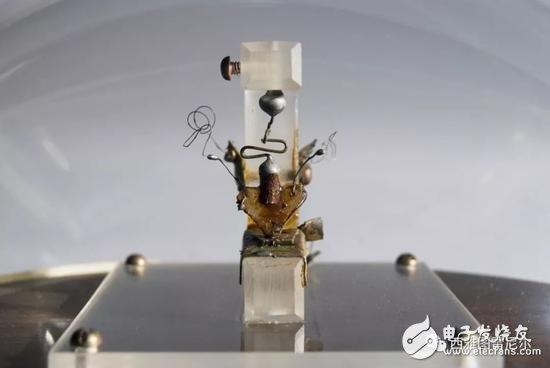 贝尔实验室第一个点接触式晶体管