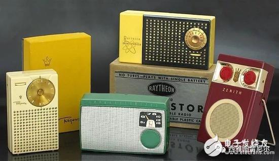 1950 年代,第一代的晶体管收音机,大大降低了成本和体积