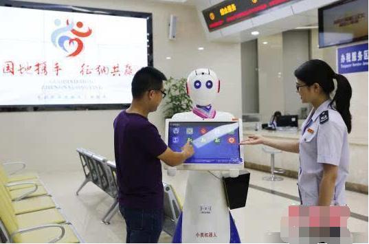 """国内首款采用""""人脸识别""""技术的智能税务机器人在茂名上岗"""