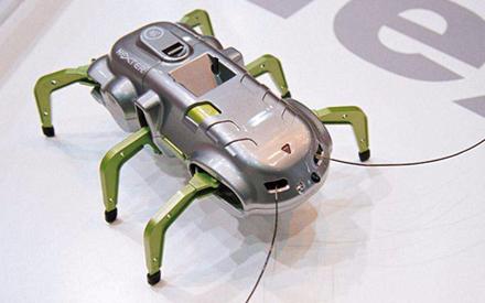 首个昆虫般大小的机器成功起飞 重量和牙签差不多