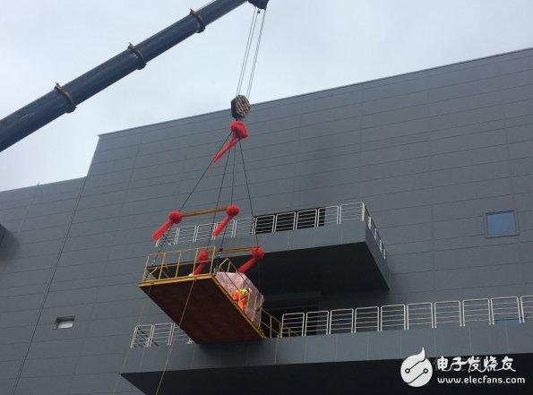 上海华力集成电路制造有限公司建设和营运的12英寸先进生产线建设项目实现首台工艺设备——光刻机搬入
