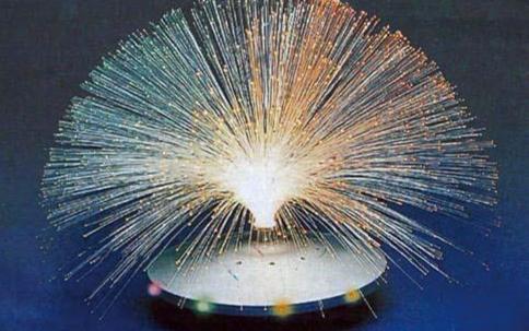 大陆集团通过战略合作联合研发出了符合汽车应用要求的光导纤维抬头显示器(HUD)