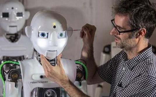 """英国科学家制造出一款""""能说会跳""""的超逼真机器人"""