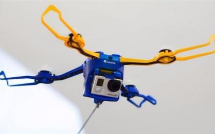这款无人机不需要用操作杆,而是一根线!