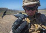 """美陆军为士兵配备世界最小的作战验证无人机""""黑色大..."""