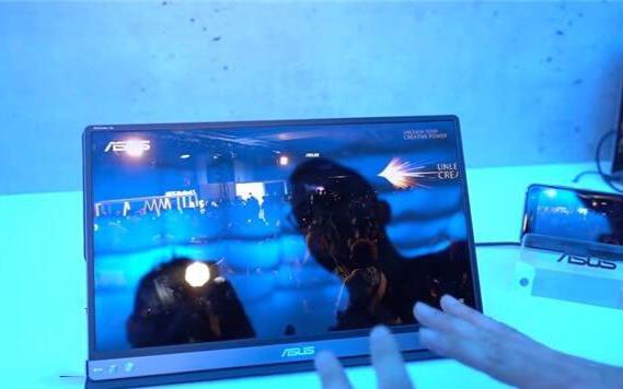 华硕展出一台新款的ZenScreen Go可移动...