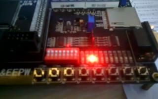 采用FPGA DIY 开发板实现8个流水灯向左移功能
