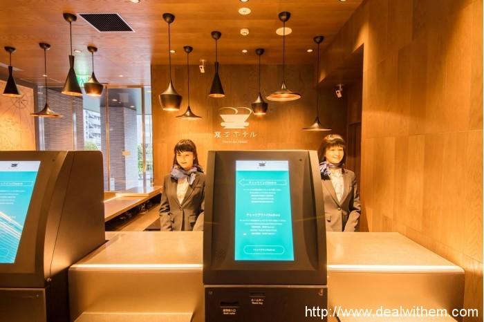 """东京""""奇特酒店""""推出两台人形机器人"""