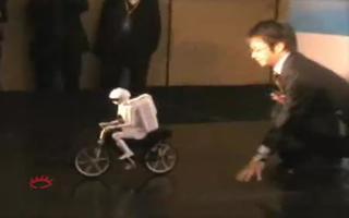 村田顽童展示如何控制行走姿势