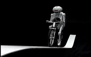 村田研发的自行车机器人爬坡