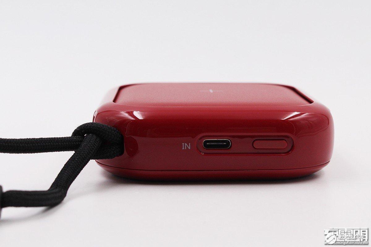 小麦一品推出一款支持无线充电的10000mAh充电宝,可同时为三台设备充电