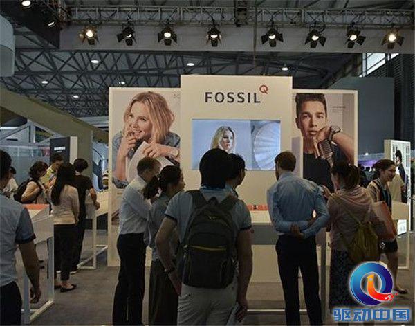 【回顾往年CES】Fossil还发布首款智能触屏...