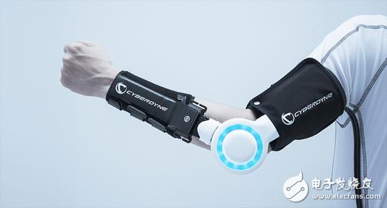 这款机械手套安装传感器后,不仅能辅助诊疗还能增加力气