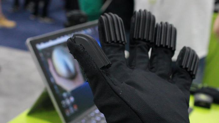 来自CaptoGlove的触觉反馈和XR接口