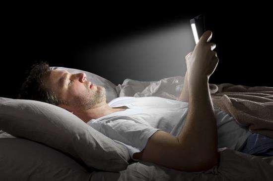 看看手机蓝光对人体的伤害有多大,别再睡前玩手机了