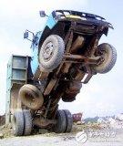 倾角传感器对自卸车来说至关重要,避免其卸载货物时...