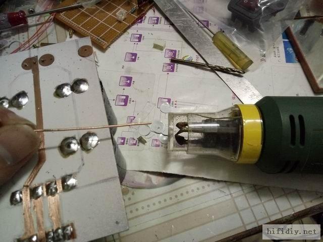 把要大电流的铜箔开好窗口,用上漆包线剥皮神器,电动刮漆器,插进去一按开关一拉就剥好了。