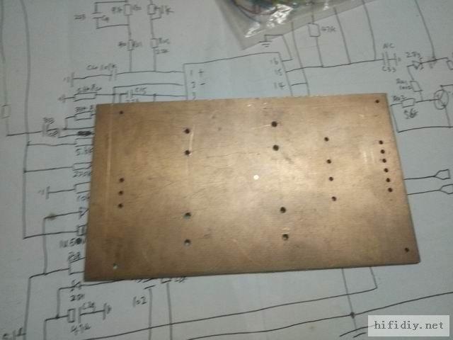 把电容和整流桥孔位用电钻打好孔就好了,非常容易。
