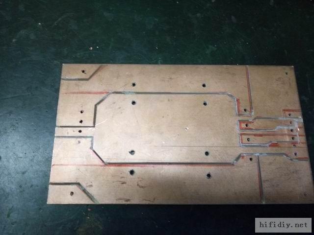雕刻好的PCB,不怎么美观,没有第一次雕刻的好看了,将就用用。