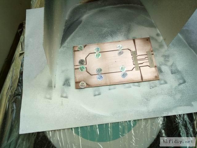 用上QC PASS记号贴,贴好焊盘,喷白色自喷漆,静置30分钟就好了。