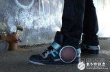 这款音箱可以让你穿在鞋子上,边走路边听歌