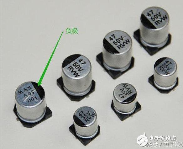 铝电解电容在外形上是个圆柱形,其正负极的识别通过电容的顶部有个