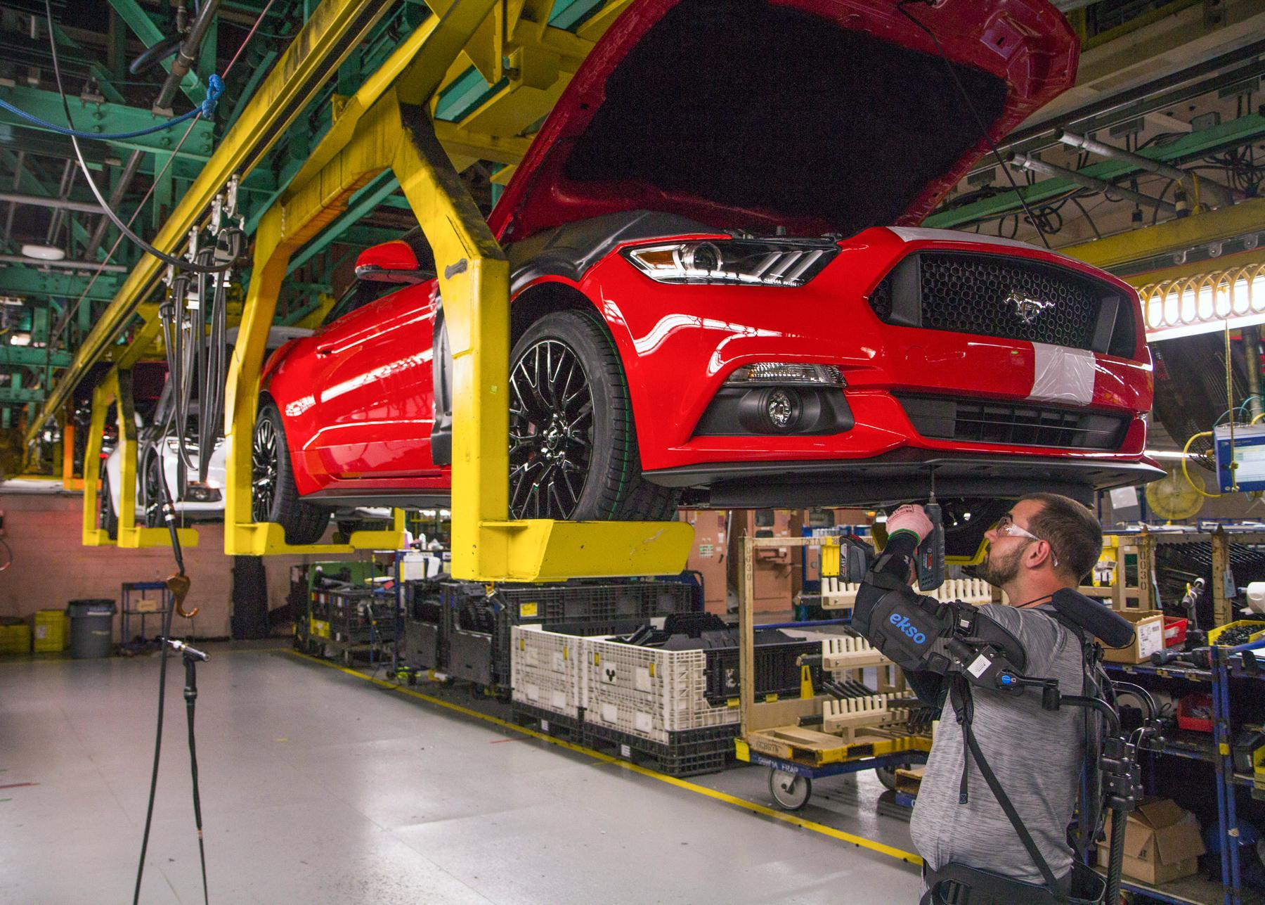 福特为15个装配厂提供机械外骨骼设备,工人效率大...