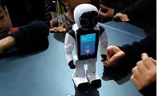 GT小顽童机器人:新加坡首款个人移动伴随智能机器...