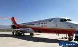 我国首架自行研制的ARJ21客机在吐鲁番机场进行...