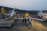 无人机为野外火灾救援的工作人员指明道路