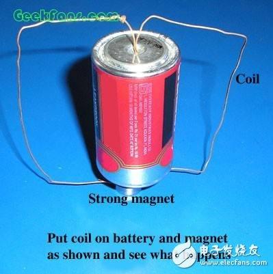 将线圈放在电池和磁铁上,单极电动机制作完成,如上图所示,看看