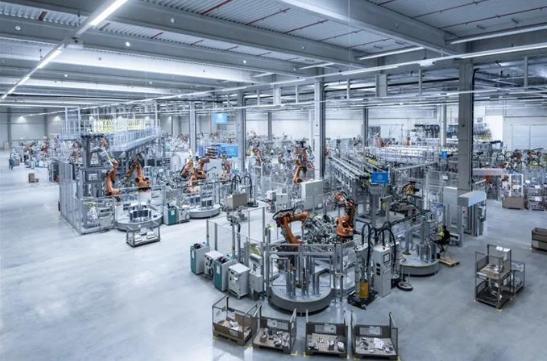 蒂森克虏伯启用全新电动汽车车身平台生产基地,配备了200多个最新安全传感器的机器人